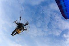 Circulez en voiture le vol de parapentiste en ciel bleu avec le nuage blanc à l'arrière-plan images stock