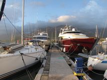 Circulez en voiture le yacht amarré dans une marina méditerranéenne de pays de Monténégro images libres de droits