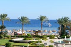 Circulez en voiture le yacht et la plage à l'hôtel de luxe image stock
