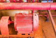 Circulez en voiture système de contrôle de pompe à eau le vieux dans la tuyauterie à l'intérieur de la construction industrielle photo libre de droits