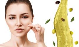 Circulez l'?claboussure d'huile d'olive pr?s des pieds femelles Concept de Skincare photo libre de droits