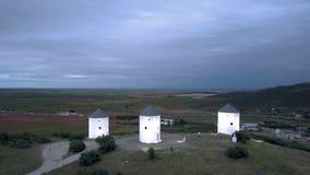 Circundamento em torno dos moinhos de vento em uma parte superior da montanha no crepúsculo video estoque