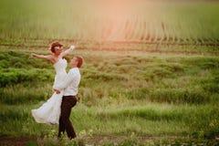 Circundando a noiva feliz do noivo Imagem de Stock Royalty Free