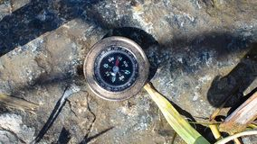 Circunde o encontro em uma rocha perto da água e apontou para o oeste vídeos de arquivo