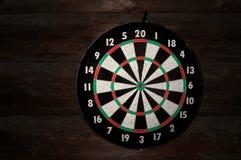 Circunde para dardos de jogo em uma parede de madeira dos logs fotografia de stock royalty free