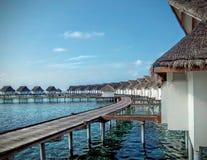 Circunde a ponte de madeira para pontilhar a cabana na ilha de maldives fotografia de stock