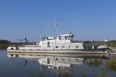 ` Circunstancial del usignuolo del ` de la nave amarrado a la orilla del río Sukhona cerca de la ciudad de Totma, región de Volog fotos de archivo libres de regalías