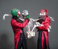 Circusacteur in zombiekostuum het stellen op studio Stock Foto