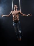 Circuskunstenaar op de luchtriemenman Royalty-vrije Stock Foto