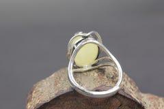 Cire d'abeille baltique et anneau ambre Photos stock