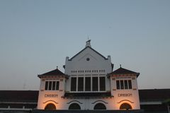 Cirebon-Zug ist Stations-internationaler Markstein von Cirebon Stockfoto