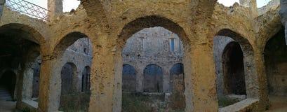Cirella - Überblick über das Kloster des Klosters der Bergwerke Lizenzfreie Stockfotos