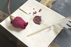 Cirez la lettre d'amour scellée avec rose et la cannette sur le fond de vintage Images stock
