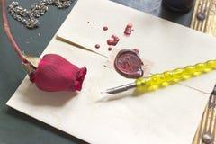 Cirez la lettre d'amour scellée avec rose et le stylo sur le fond de vintage Photo stock