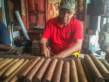 Cirgars dans la fabrication La république dominicaine photo stock