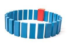 Cirkel av blåa kvarter med enkel röd Arkivfoton