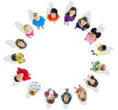 Cirkel av gladlynt spela för barn fotografering för bildbyråer