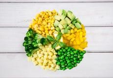 Cirkel av gräsplan- och gulinggrönsaker på en vit bakgrund Royaltyfri Fotografi