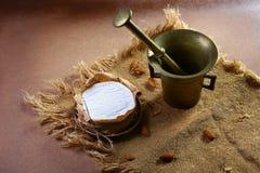 Cirkel för mandelcamembert- eller brieost i brunt dekorerat kraft papper, kryddamaträtt på gammalt trasigt tyg, bild för bästa si Arkivfoton