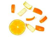Cirkel gesneden oranje en gesneden die sinaasappelschillen op witte achtergrond worden verfraaid Stock Afbeeldingen