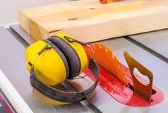 Cirkel houten zaag in van de timmerwerkworkshop en hoorzitting protecti royalty-vrije stock foto's