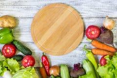 Cirkel scherpe raad en groenten op witte houten achtergrond Het gezonde Eten Royalty-vrije Stock Foto's