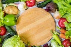 Cirkel scherpe raad en groenten op witte houten achtergrond Het gezonde Eten Stock Afbeeldingen