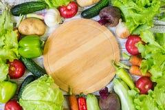 Cirkel scherpe raad en groenten op witte houten achtergrond Het gezonde Eten Royalty-vrije Stock Afbeelding