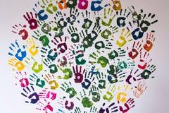 Cirkel som göras av färgrika handprints på en vägg Royaltyfri Fotografi