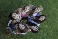 Cirkel van gezonde gelukkige tienerjaren die omhoog eruit zien stock fotografie