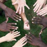 Cirkel van handen met jonge mensen Stock Afbeelding
