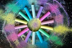 Cirkel van kleurrijk krijt op gekleurde achtergrond stock foto's