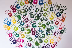 Cirkel van kleurrijke handprints op een muur wordt gemaakt die royalty-vrije stock fotografie