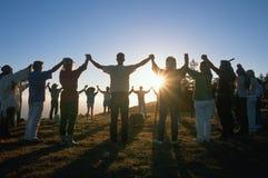 Cirkel van mensen die handen houden