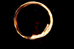 Cirkelbrandshow på stranden på natten Mörka bakgrunder Royaltyfri Foto