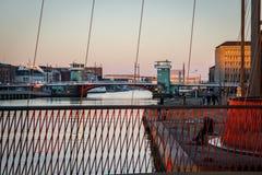 Cirkelbridge для велосипедистов в гавани Копенгагена Дания стоковое изображение