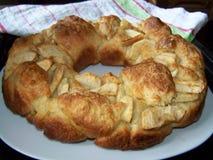 Cirkelchala in de vorm van kroon, met appelen en kaneel - variatie op Rosh-Ha-shana traditioneel voedsel royalty-vrije stock afbeelding