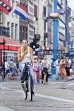 Cirkelend meisje in Amsterdam Stock Afbeeldingen