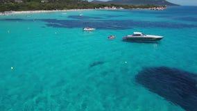 Cirkelende boten in een baai in 4K stock footage