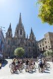 Cirkelende reisgroep in de Kathedraal van Barcelona Royalty-vrije Stock Afbeeldingen