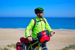 Cirkelende toeristenfietser in Mediterraan strand Stock Afbeeldingen