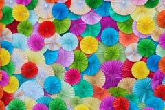 Cirkelform av origamifärglegitimationshandlingar Arkivfoton