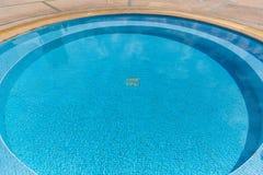 Cirkelform av simbassängen Arkivfoton