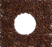 Cirkelkader van koffiebonen op witte achtergrond, exemplaar ruimte, hoogste mening wordt geïsoleerd die stock fotografie