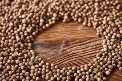 Cirkelkader van korianderzaden wordt gemaakt op de rustieke houten achtergrond, close-up, hoogste mening, macro, selectieve nadru royalty-vrije stock foto