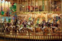 Cirkelkinderen` s carrousel met kleurrijke paarden en auto's Royalty-vrije Stock Fotografie