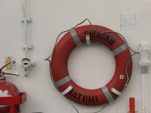 Cirkellivboj på det vita fartyget royaltyfri foto