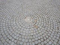Cirkelmodell som göras av kullerstentrottoar Arkivbilder