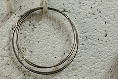 Cirkeloorringen die op een witte muur hangen royalty-vrije stock afbeeldingen