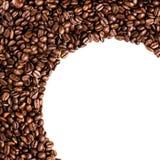 Cirkelramen av grillade kaffebönor som isoleras på vit, kan använda a Royaltyfri Fotografi